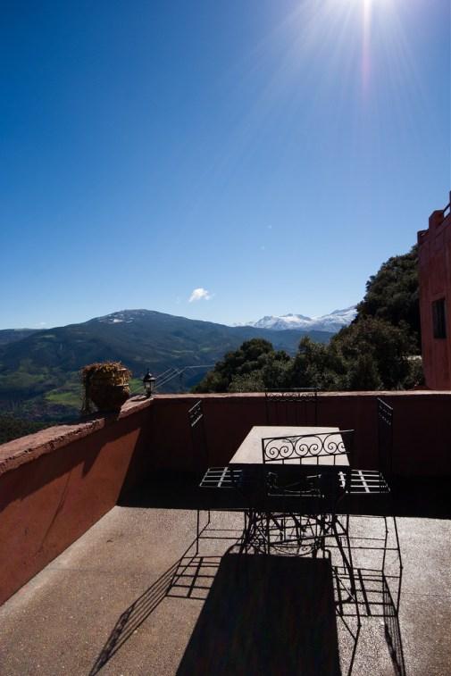 Installée en terrasse, vue sur un sommet enneigé.