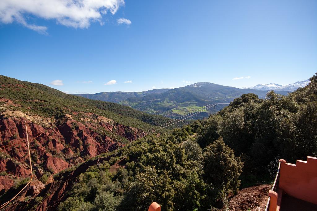 Altas, sur les routes, des paysages encore verts.