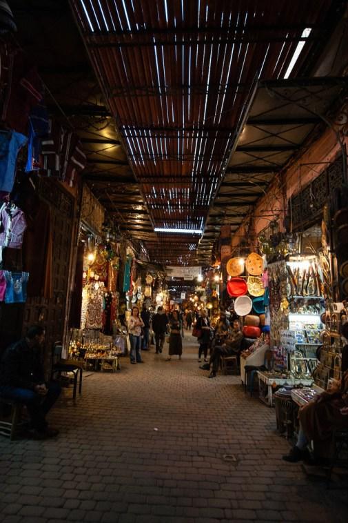 Dans les allées du souk de Marrakech.