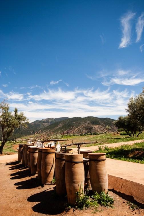 Evier en poterie, sous un beau ciel bleu.