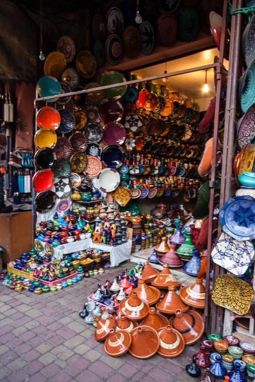 Vendeur de poteries dans le souk de Marrakech.