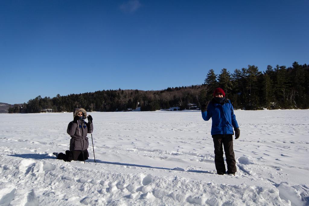 Entre amis. Balade sur le lac gelé, sous un beau ciel bleu.