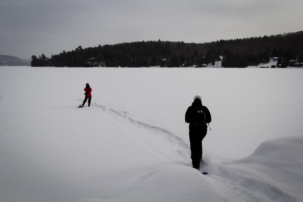 Balade sur le lac gelé et enneigé, en raquette.