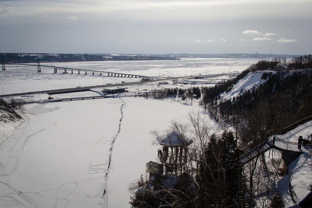 Vue sur le Saint Laurent gelé, du haut de la chute.
