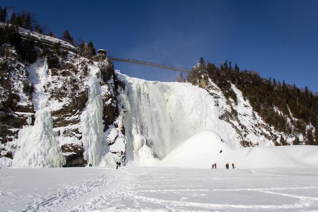 Vue de la chute de Montmorency, du lac gelé.