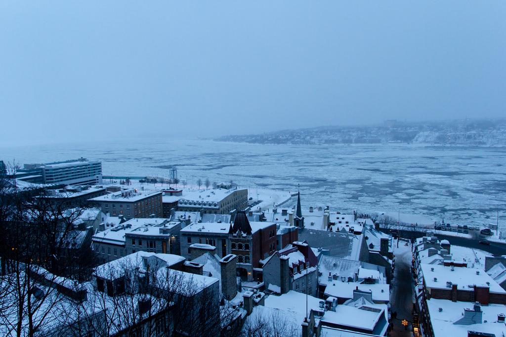 Vue des hauteurs, sur le Saint Laurent gelé.