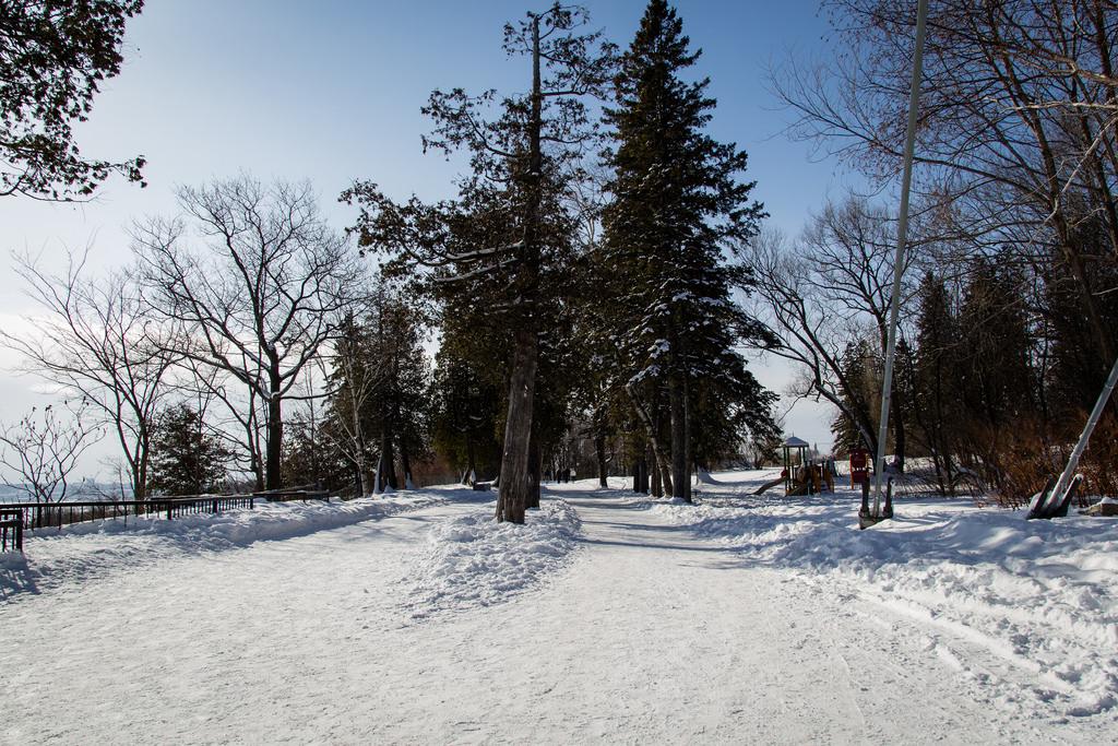 Parc de la chute de Montmorency pris dans la neige.