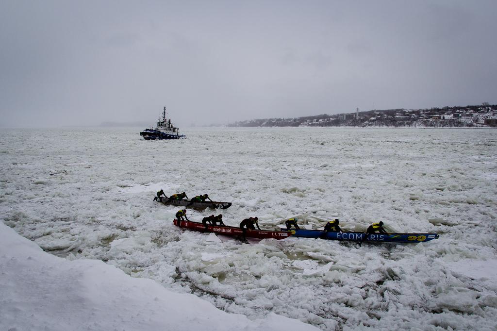 Equipages au coeur de la glace, sous la surveillance d'un brise glace.