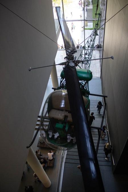 Hélicoptère dans un musée.