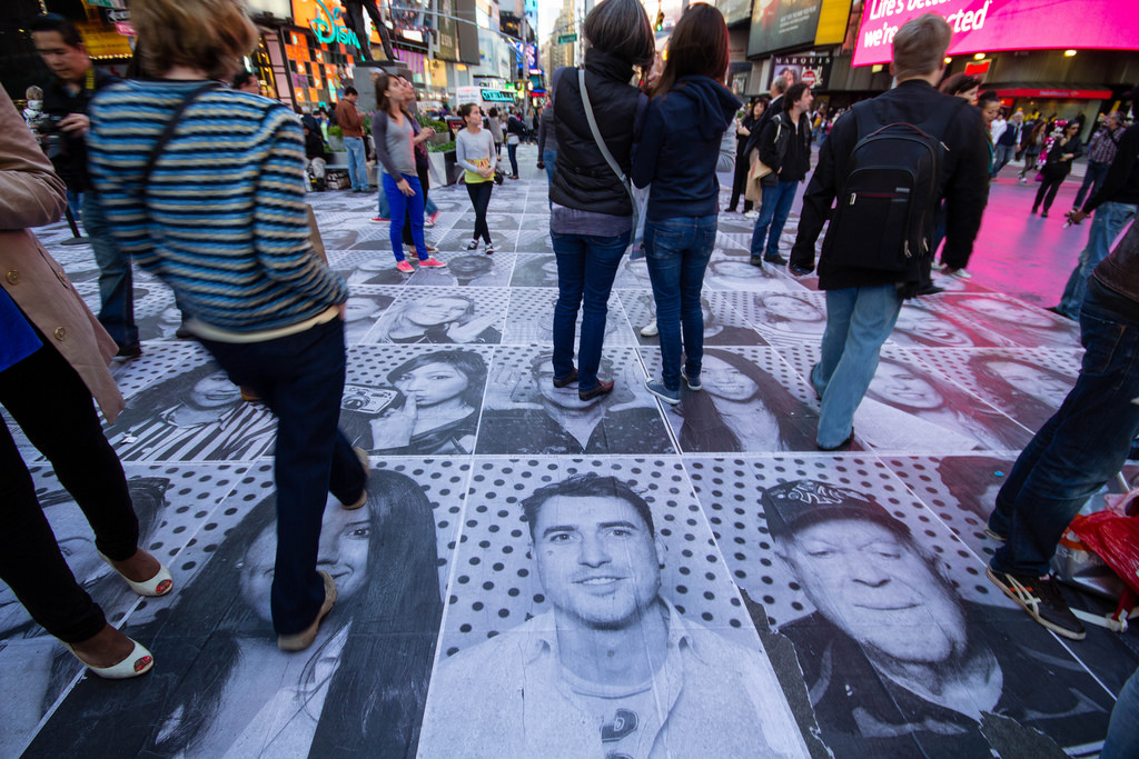 Portraits au sol à Time Square.
