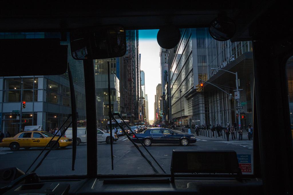 Les rues de NYC, vues de l'intérieur d'un bus.