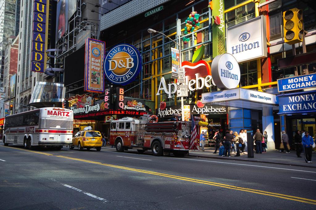 Camion pompier et publicités.