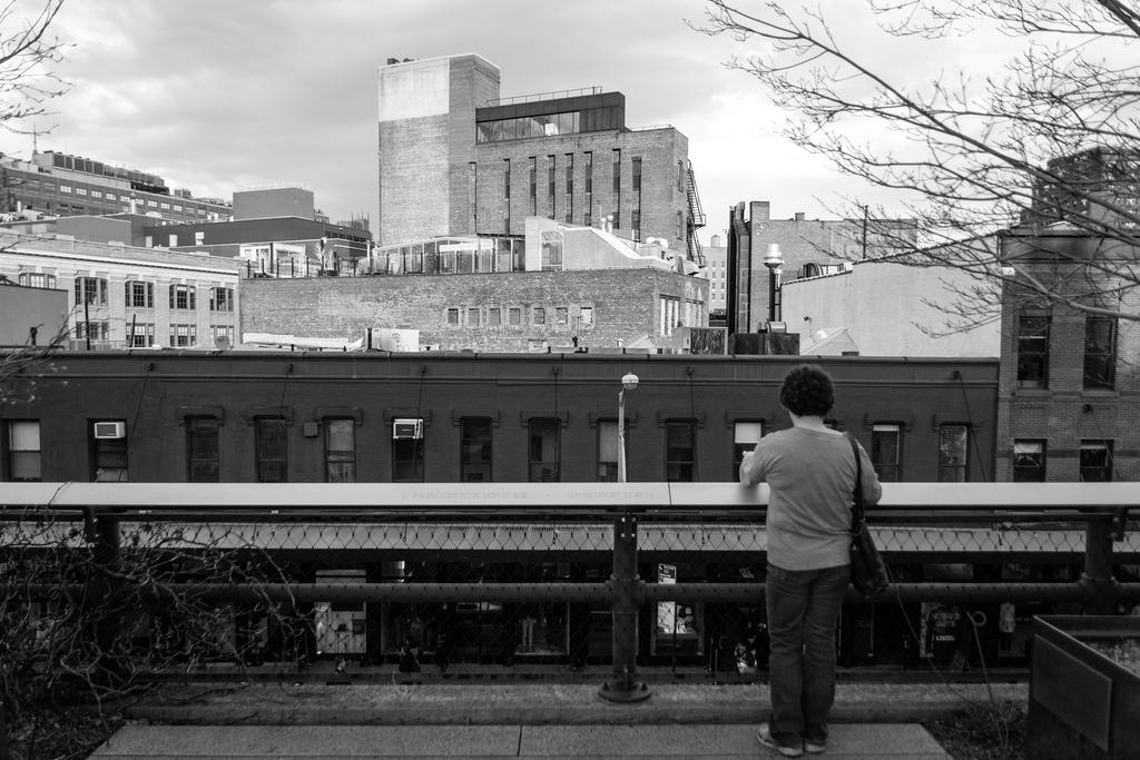 Touriste, tranquillement posée, High Line en noir et blanc.