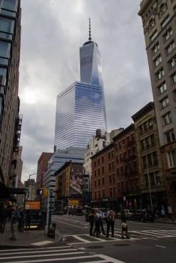 WTC 1, derrière des buildings.