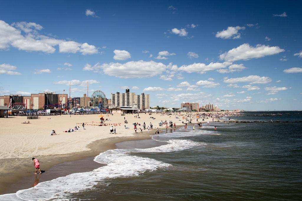 Plage de Coney Island vue de la jetée.