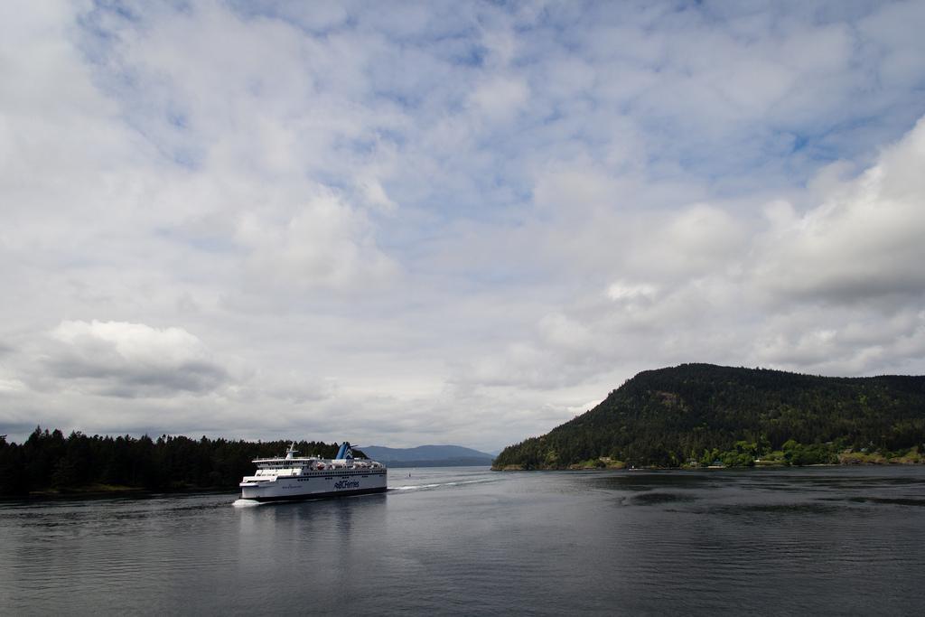 Notre ferry croisant un autre ferry au coeur des iles.