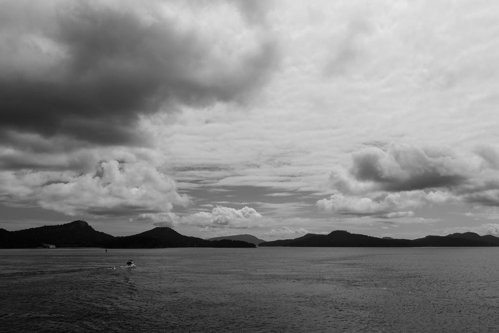 Traversée entre les iles, en noir et blanc.
