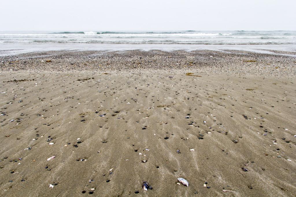 L'eau qui se retire de la plage.