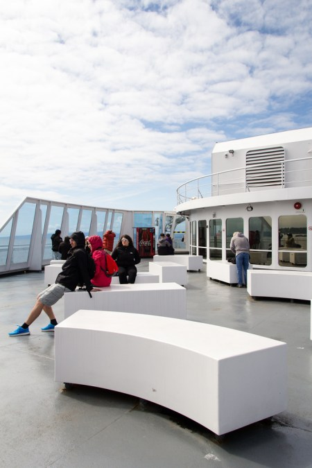Touristes profitant de la traversée en ferry.