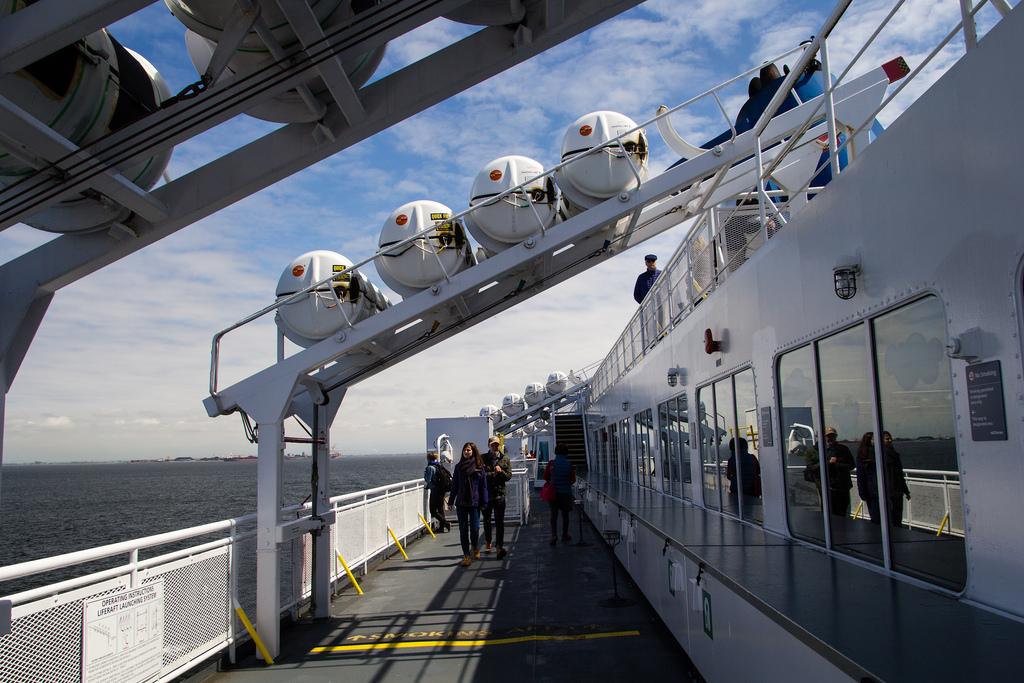 Bateaux de secours sur le ferry.