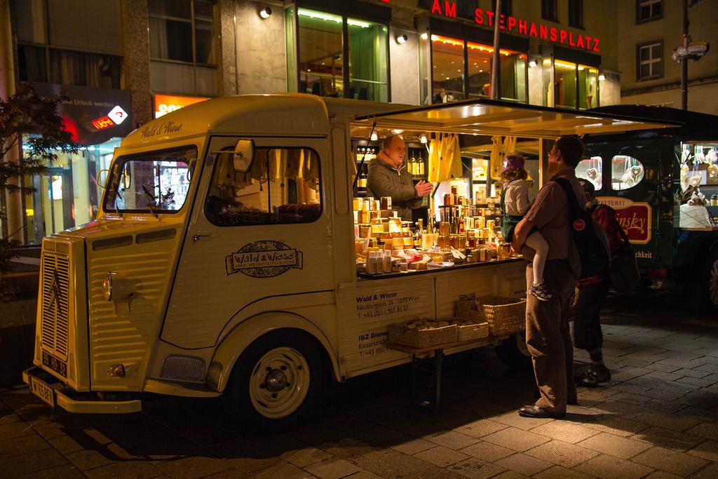 Petit camion de rue d'alimentation à la nuit tombée.