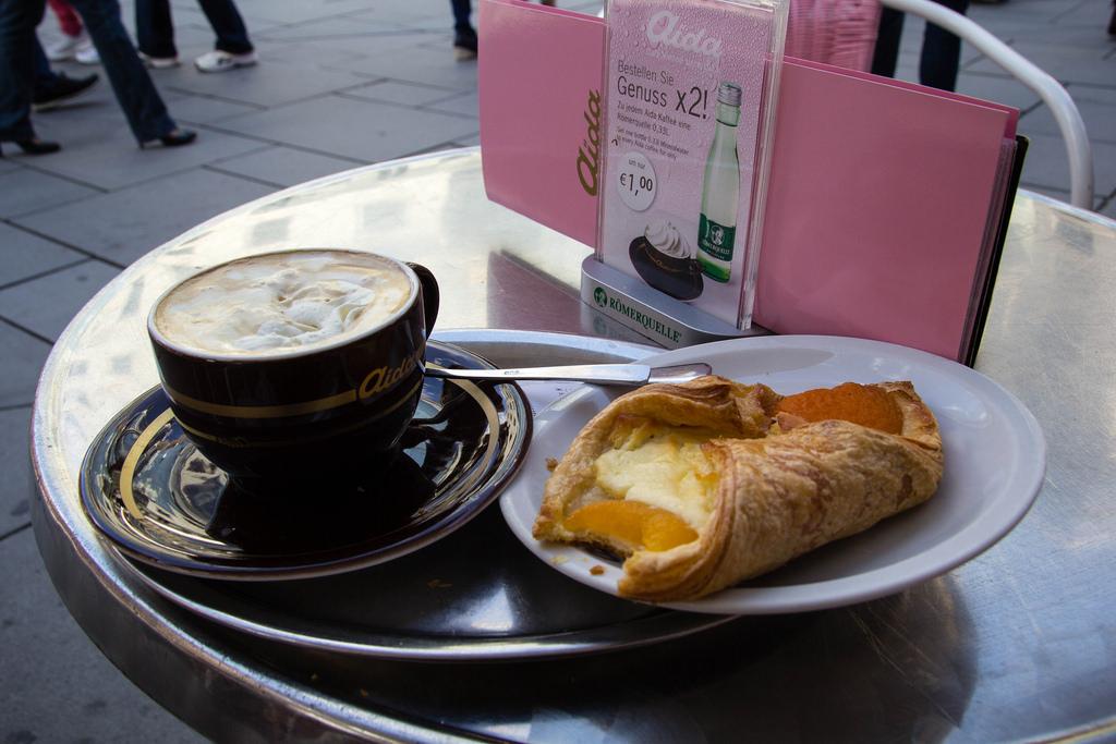 Douceurs viennoises : café et pâtisseries en terrasse.