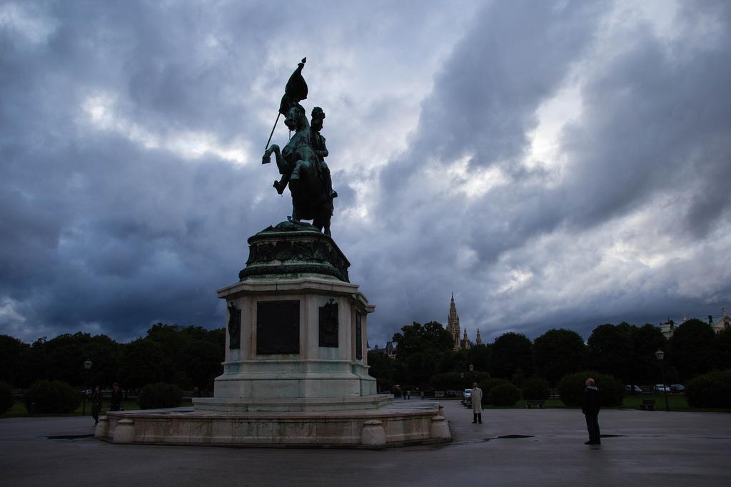 Statue d'un cavalier sur son cheval cabré.