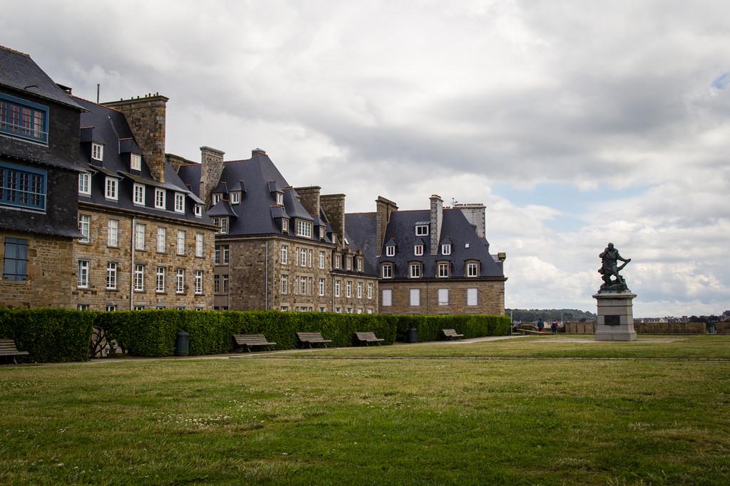 Grand espace et statue de Jacques Cartier, tourné vers l'horizon.