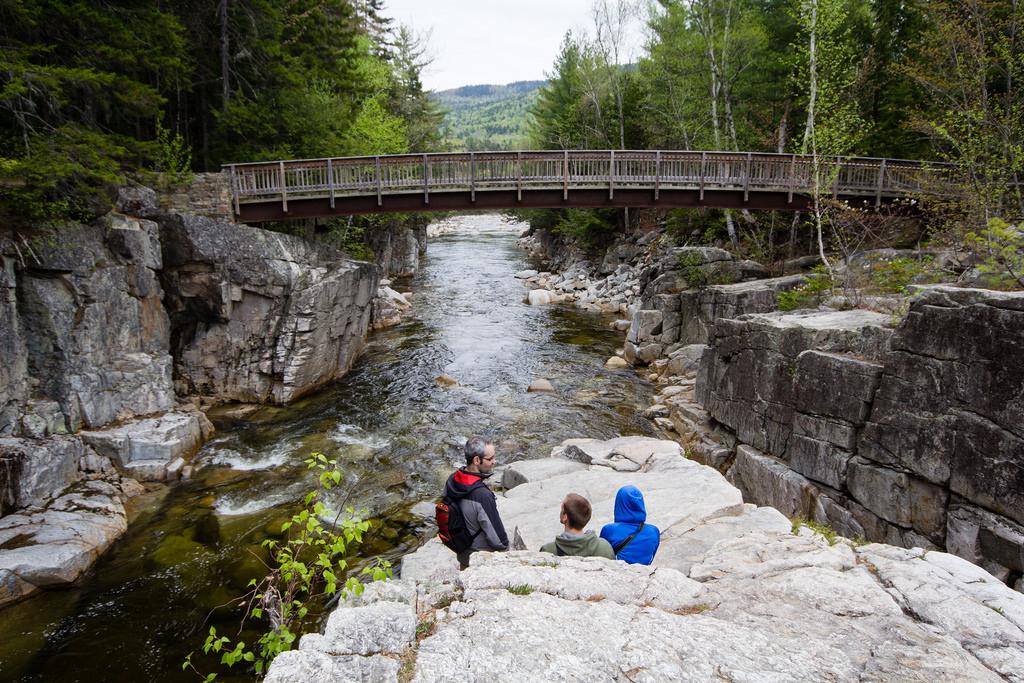 Pause sur un rocher, face au pont.