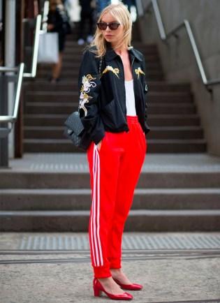 calca-esportiva-adidas-vermelha-street-style