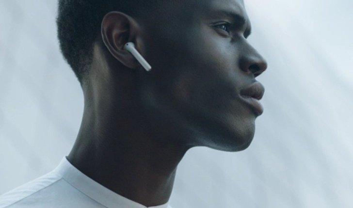 AppleのAirPodsをつけている黒人