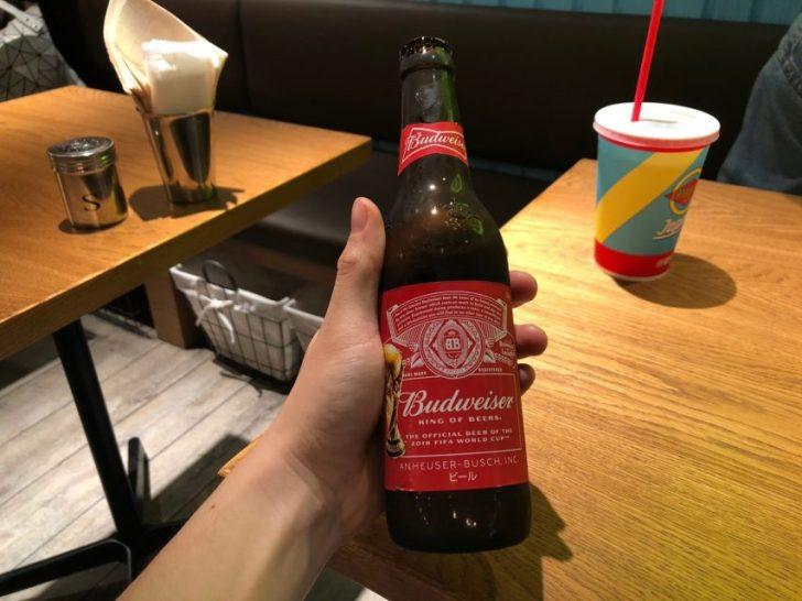 magnet渋谷の7階mag7にあるfatburgerのアルコールを提供するfatbarでバドワイザーをもらう