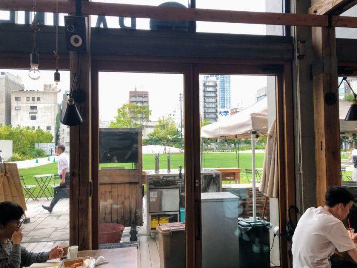 南池袋公園の芝生公園カフェRacines_FARM_to_PARKの窓からの眺め