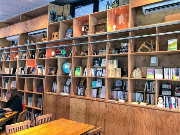 南池袋公園の芝生公園カフェRacines_FARM_to_PARKの2階部分の棚