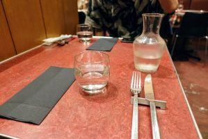 ル・プレヴェール表参道の机の上と水