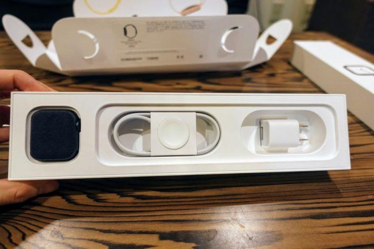 箱の中に入っているapple_watch_series4_spacegray_aluminum_40mmと充電ケーブル
