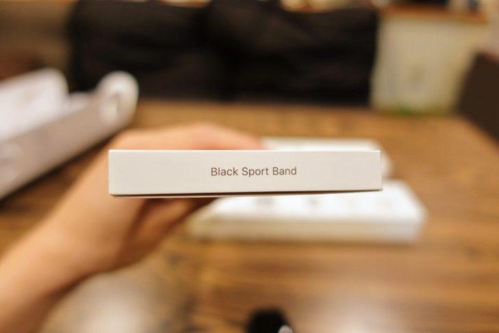 apple_watch_series4_spacegray_aluminum_40mmのblack_sports_bandの外箱に書かれている文字