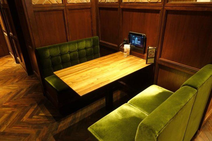 コメダ珈琲店 渋谷宮益坂上店の2階の4人掛けソファー席