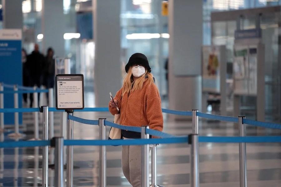 Un passager passe le contrôle TSA