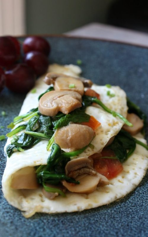 Egg White Veggie Omelet is loaded with kale, spinach, mushrooms, onion and tomatoes. This healthy breakfast is flavorful, filling and is only 4 smartpoints.