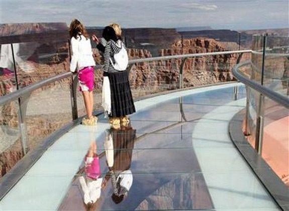 стеклянному мосту над Колорадо 11 в 4000 футов стекла мост над рекой Колорадо