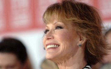 Mary Tyler Moore arrives for the TV Land Awards in Santa Monica, California, March 19, 2006. REUTERS/Phil McCarten