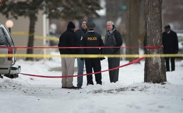 Police investigate the scene of a quadruple homicide on Chicago's Southside on December 17, 2016 (Getty Images)