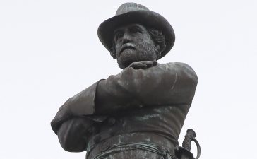 RTR4YT9O 24 Jun. 2015 New Orleans, United States of America A 60 ft (18 m) tall monument to Confederate General Robert E. Lee towers over a traffic circle in New Orleans, Louisiana June 24, 2015. New Orleans Mayor Mitch Landrieu on Wednesday morning called for the replacement of the statue. REUTERS/Jonathan Bachman