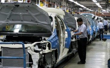FILE PHOTO: Employees work inside a plant of General Motors India Ltd. at Halol, about 150 (93 miles) east from the western Indian city of Ahmedabad August 28, 2009. REUTERS/Amit Dave/File Photo