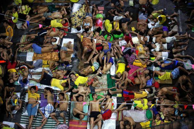Inmates sleep in the open at Quezon City Jail in Manila, Philippines, November 5, 2016. REUTERS/Damir Sagolj