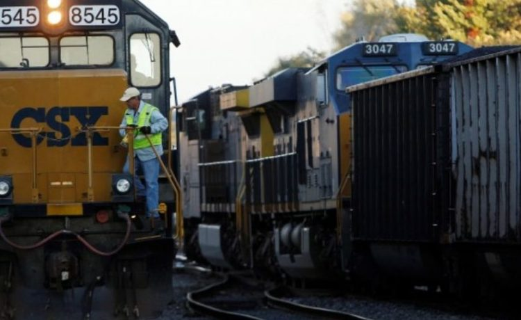 FILE PHOTO: A CSX coal train (R) moves past an idling CSX engine at the switchyard in Brunswick, Maryland October 16, 2012. REUTERS/Gary Cameron/File Photo