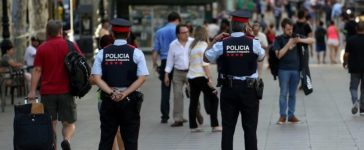 Catalan Mossos d'esquadra officers patrol at Las Ramblas street where a van crashed into pedestrians in Barcelona, Spain August 18, 2017. REUTERS/Sergio Perez