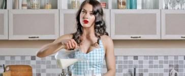 woman kitchen retro Shutterstock/viewimage