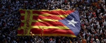 """Catalan pro-independence supporters hold a giant """"estelada"""" (Catalan separatist flag) during a demonstration called """"Via Lliure a la Republica Catalana"""" (Way of Freedom for the Republic of Catalonia) on the """"Diada de Catalunya"""" (Catalunya's National Day) in Barcelona, Spain, September 11, 2015. REUTERS/Albert Gea/File Photo"""